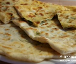 Gözleme een hartig traditioneel Turks gerecht gesneden