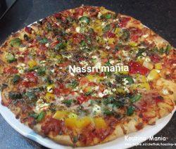 Vegetarische pizza met paprika's en mozzarella